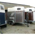foto paarden trailers op een rij